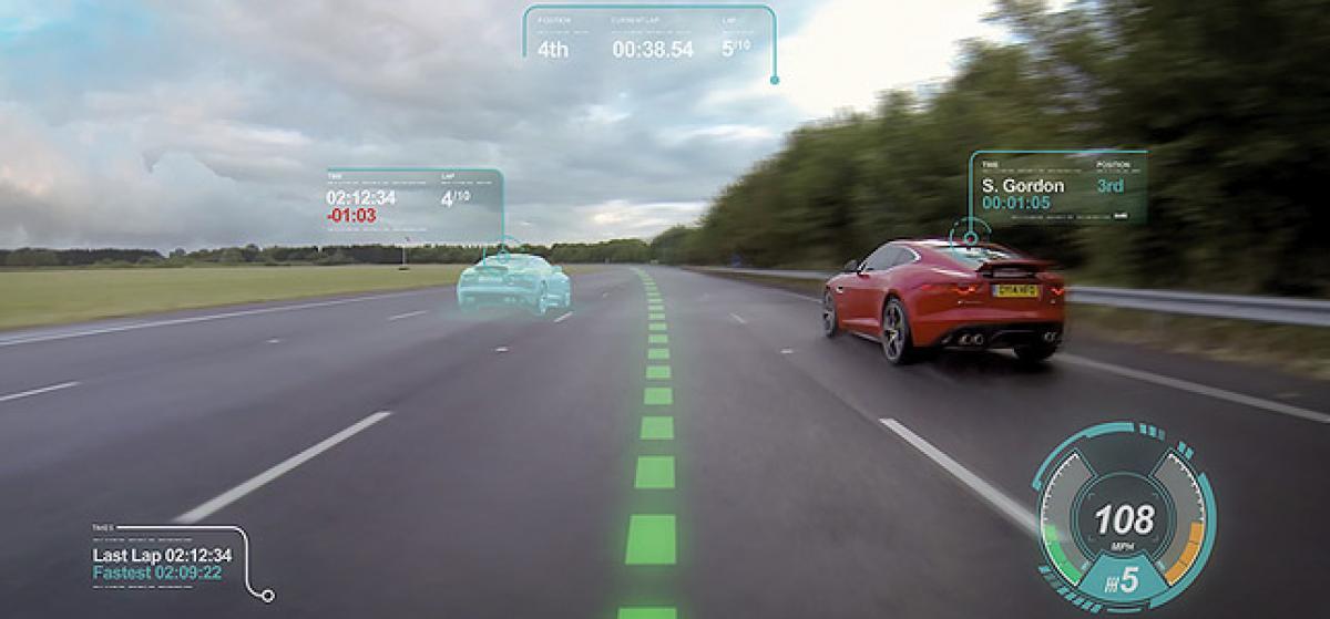 Jaguar Land Rover trabaja en un parabrisas que muestra líneas de trazada y coches fantasma