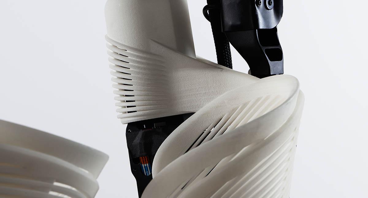 El primer exoesqueleto robótico hecho a medida permite a una mujer ...